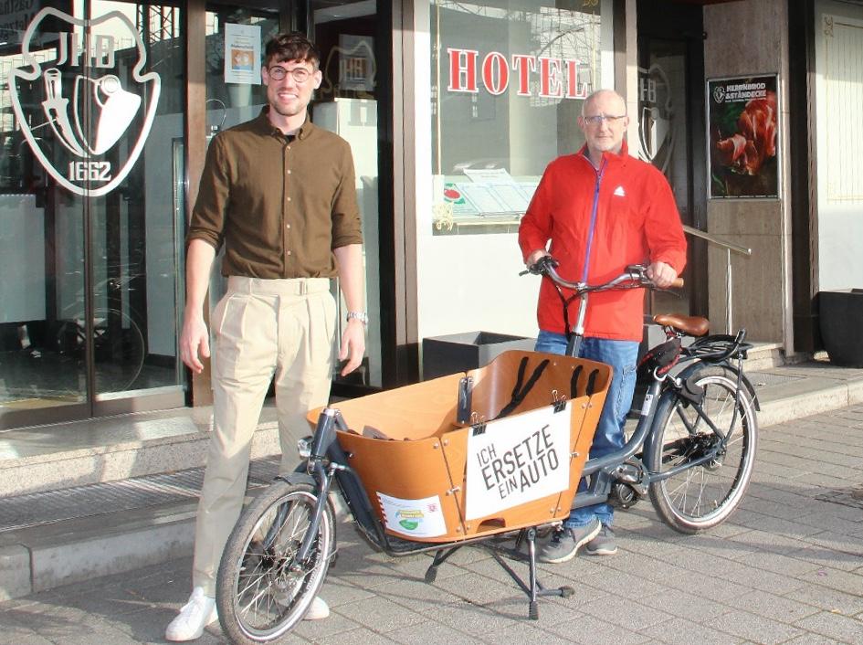 Jonas Derlich und Gerhard Hormel mit LaKi Luke, dem ersten freien Lastenrad in Dreieich